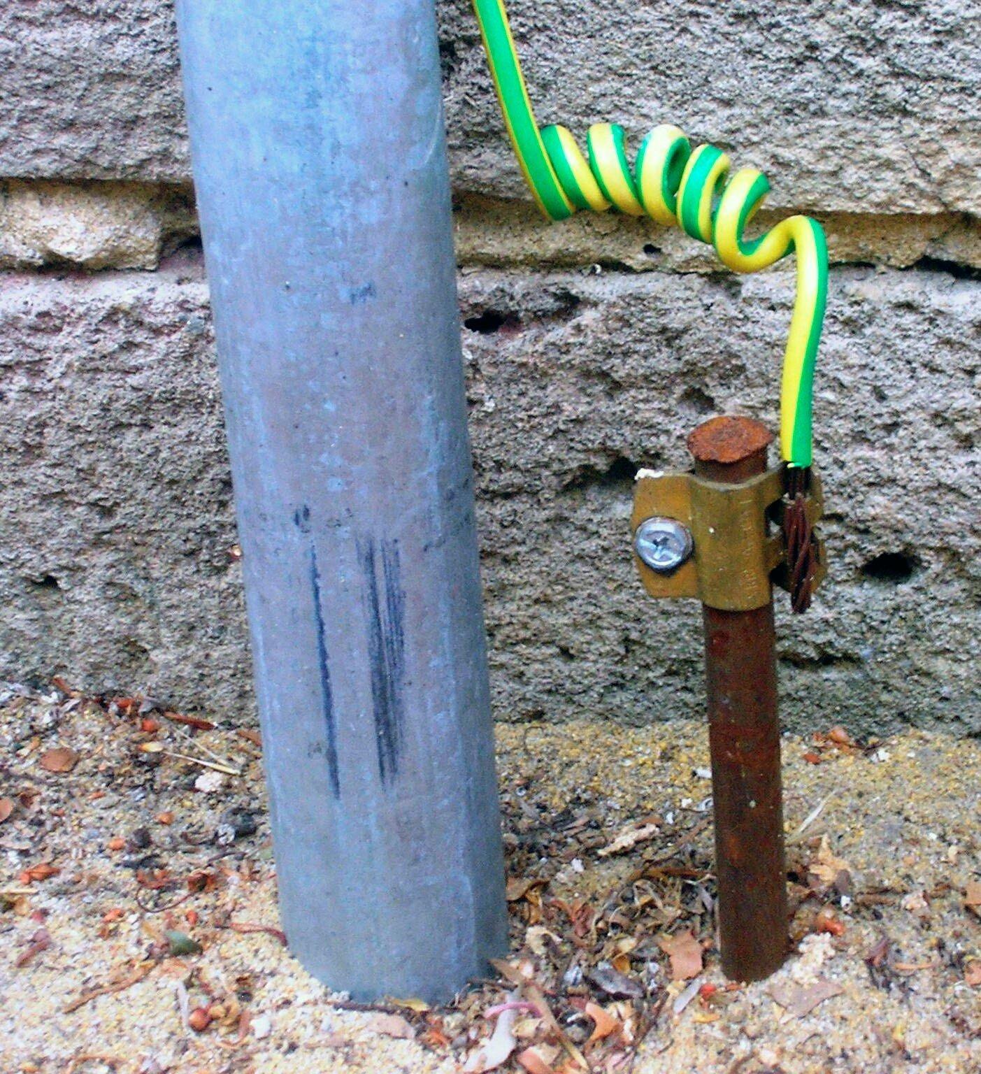 Так выглядит заземляющее устройство. Комбинация желтого и зеленого цветов изоляции обязательна только для провода РЕ и прочих защитных проводов